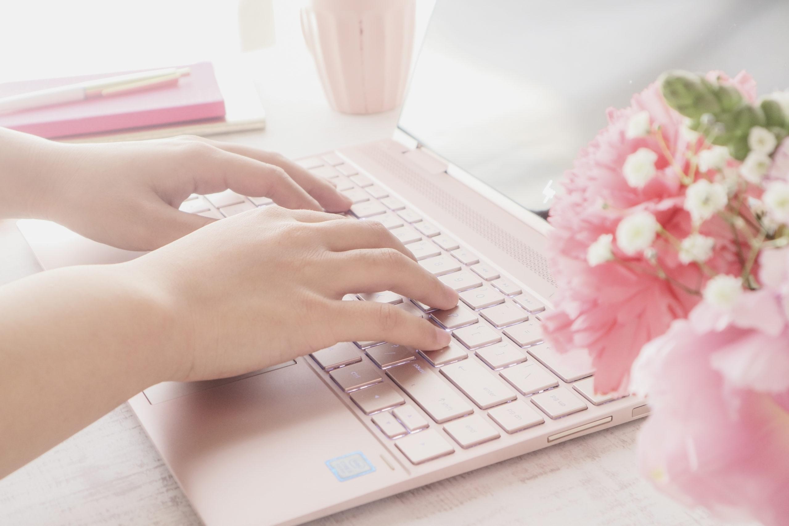 パソコンをつ女性